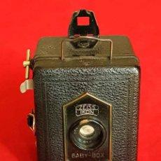 Cámara de fotos: CAMARA ZEISS IKON BABY BOX CON FUNDA DE CUERO ORIGINAL. Lote 168740348