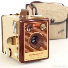 Cámara de fotos: CÁMARA KODAK BROWNIE FLASH IV CON FUNDA ORIGINAL. RARA EDICIÓN 1955. Lote 179051720