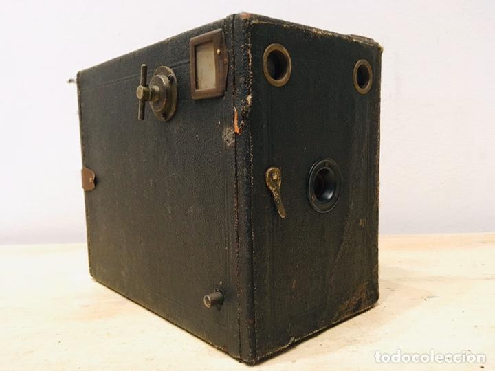 ANTIGUA CÁMARA DE FOTOS BOX AÑOS 30 MAQUINA FOTOGRAFICA CUADRADA (Cámaras Fotográficas - Antiguas (hasta 1950))
