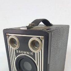 Cámara de fotos: KODAK BROWNIE TARGET SIX-16. AÑOS 40. Lote 190454233