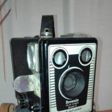Cámara de fotos: PRECIOSA CAMARA BROWNIE SIX-20 MODELO D FABRICADA EN INGLATERRA 1946-1957 .. Lote 191533758