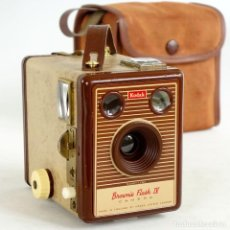 Cámara de fotos: CÁMARA KODAK BROWNIE FLASH IV. RARA EDICIÓN 1955 CON FUNDA. FUNCIONA. Lote 193038875