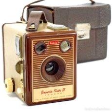 Cámara de fotos: CÁMARA KODAK BROWNIE FLASH IV. RARA ED 1955 CON FUNDA. Lote 211912218