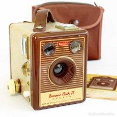 Cámara de fotos: CÁMARA KODAK BROWNIE FLASH IV. RARA ED 1955 CON FUNDA Y MANUAL. FUNCIONA. Lote 213617515
