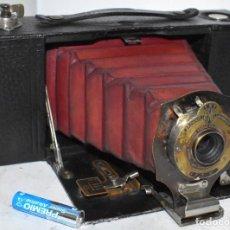 Cámara de fotos: KODAK FOLDING POCKET BROWNIE NO. 2, MODEL A.MUY BUEN ESTADO.HORIZONTAL. MADERA.FUELLE ROJO.FUNCIONA. Lote 219327992