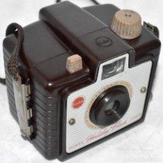 Cámara de fotos: PEQUEÑA,10 CM.EN BAQUELITA GRANATE..KODAK BROWNIE HOLIDAY FLASH..USA 1950..MUY BUEN ESTADO..FUNCIONA. Lote 220289106