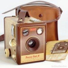 Cámara de fotos: CÁMARA KODAK BROWNIE FLASH IV. RARA ED 1955 CON FUNDA Y MANUAL. FUNCIONA. Lote 221867495