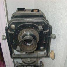 Cámara de fotos: CAMARA ANTIGUA DE FOTAGRAFIAS DE FUELLE Y PLACAS, CON TRIPODE INCORPORADO. Lote 235099325