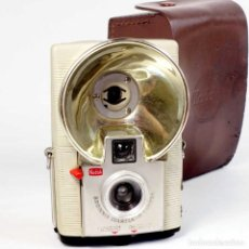 Cámara de fotos: CÁMARA KODAK STARFLASH. ED FRANCESA BLANCA 1958 CON FUNDA CUERO. Lote 280940548