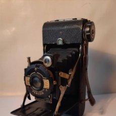 Cámara de fotos: ANTIGUA CÁMARA JERSHAW EIGHT 20 PENGUIN. CON FUNDA DE CUERO. AÑOS 40. Lote 285441333
