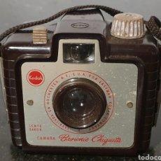 Cámara de fotos: CAMARA KODAK BROWNIE CHIQUITA, 1957. Lote 294456043