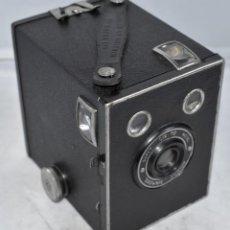 Cámara de fotos: RAREZA DE CAJON..KODAK BROWNIE JUNIOR SUPER SIX 20..INGLATERRA 1935..MUY BUEN ESTADO..FUNCIONA.. Lote 296616303