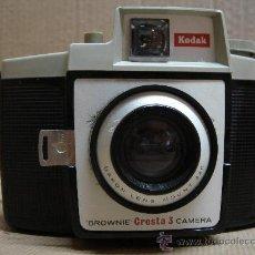 Cámara de fotos: ANTIGUA CAMARA DE FOTOS KODAK BROWNIE CRESTA 3 - AÑO 1960-65. Lote 26379334