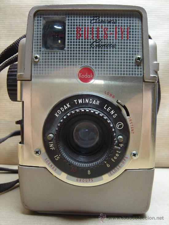 Cámara de fotos: ANTIGUA CAMARA DE FOTOS BAQUELITA - KODAK BROWNIE BULL´S-EYE - 1954 - 1958 - MARRON BULLS - Foto 2 - 26287871