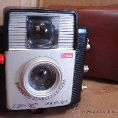 Cámara de fotos: CLASICA CAMARA - KODAK BROWNIE STARLET - FRANCIA 1956 - + FUNDA ¡¡ DISPARA ¡¡. Lote 30640742