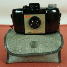 Cámara de fotos: CAMARA KODAK BROWNIE MODELO 127. FUNDA ORIGINAL. BAQUELITA. 1952.. Lote 69932149