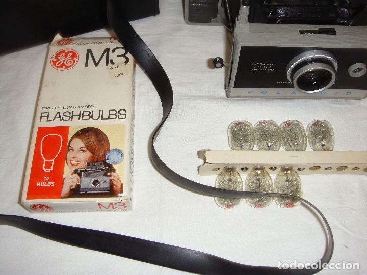 Cámara de fotos: Cámara instantánea de fuelle. Polaroid Automatic 330. Con funda y bombillas de flash. - Foto 2 - 108546635