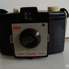 Cámara de fotos: CAMARA DE FOTOS KODAK BROWNIE CRESTA, 1955-1958. Lote 109147851