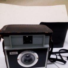 Cámara de fotos: CAMARA DE FOTOS KODAK BROWNIE FIESTA AÑO 1970 EN SU ESTUCHE. Lote 143593316
