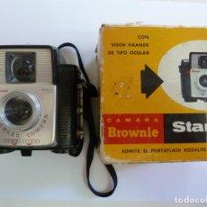 Cámara de fotos: CÁMARA BROWNIE STARLET EN SU CAJA ORIGINAL. Lote 147168218