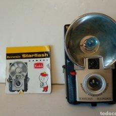 Cámara de fotos: KODAK BROWNIE STARFLASH COLOR NEGRO.CON INSTRUCCIONES Y BOMBILLA.FUNCIONA. Lote 155412633