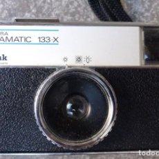 Cámara de fotos: KODAK INSTAMATIC 133X CON LOS FLASH SIVANIA.. Lote 155994354
