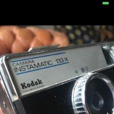 Cámara de fotos: CÁMARA DE FOTOS ANTIGUA KODAK INSTAMATIC 133-X DE CARRETE. Lote 171036440