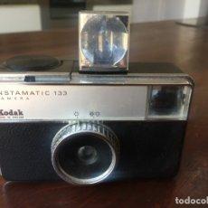 Cámara de fotos: CAMARA KODAK INSTAMATIC 133, MADE IN ENGLAND, CON CUBO DE FLAX DE 4 DISPAROS. . Lote 173740759
