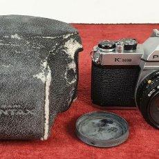 Cámara de fotos: CÁMARA FOTOGRÁFICA PENTAX MODELO K 1000. FUNDA ORIGINAL. CIRCA 1980. . Lote 184676860