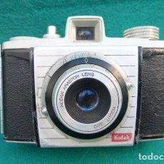 Cámara de fotos: CAMARA KODAK BAMTAN COLORSNAP CAMERA...AÑOS 50- TAPA TRASERA CURIOSA.... Lote 191264078