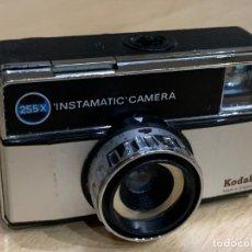 Cámara de fotos: KODAK INSTAMATIC 255X. Lote 194669915