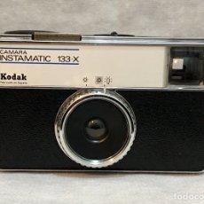 Cámara de fotos: CÁMARA KODAK INSTAMATIC 133-X ANTIGUA. Lote 195244755