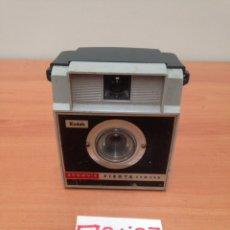 Cámara de fotos: CAMARA FOTOGRAFICA KODAK. MODELO BROWNIE FIESTA. ESPAÑA. CIRCA 1960.. Lote 195334851