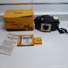 Cámara de fotos: CAMARA KODAK BROWNIE 127 CON CAJA,INSTRUCCIONES Y LENTE CON SU CAJA.. Lote 196343232