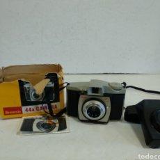 Cámara de fotos: KODAK BROWNIE 44 A.1959.127 FILM, FUNCIONA. Lote 210967340