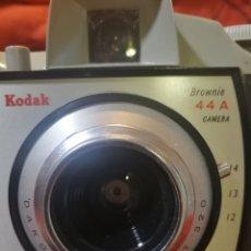 Cámara de fotos: CAMARA KODAK BROWNIE 44 A, CON FLASH Y FUNDA. Lote 234917640