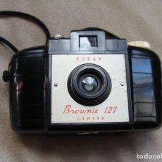 Cámara de fotos: ANTIGUA CAMARA DE FOTOS DE COLECCION, CAMARA FOTOGRAFICA KODAK BROWNIE 127 BAQUELITA. Lote 235512930