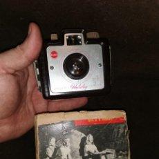 Cámara de fotos: CÁMARA KODAK BROWNIE HOLIDAY. ORIGINAL AÑOS 50. Lote 243667310