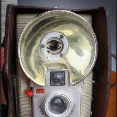 Cámara de fotos: KODAK BROWNIE STARFLASH, FRANCESA, CON FUNDA PIEL ORIGINAL. EDICIÓN BLANCA. FORMATO 127. AÑOS 50.. Lote 276220523