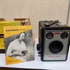 Cámara de fotos: JODAK BROWNIE MODEL I.AÑO 1957.FUNCIONA. Lote 277736178