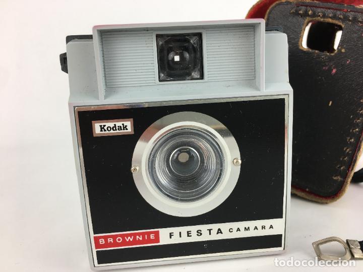 Cámara de fotos: Antigua camara Kodak Brownie Fiesta y funda de piel. - Foto 2 - 286950933