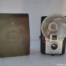 Cámara de fotos: BAQUELITA.KODAK BROWNIE STARFLASH.AÑO 1957.. Lote 288579878