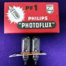 Câmaras de fotos: PHILIPS PHOTOFLUX PF1. ANTIGUA CAJA CON 2 BOMBILLAS. AÑOS 60 / 70. LAMPES-LAMPARAS. Lote 86727040
