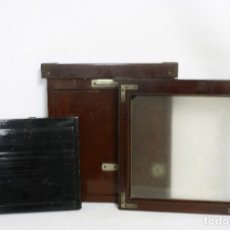 Cámara de fotos: 2 CHASIS PARA PLACAS Y UN VISOR DE MADERA PARA CÁMARA GRAN FORMATO. 1930S. Lote 113912203