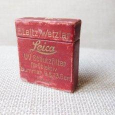 Cámara de fotos: ANTIGUA CAJA DE FILTRO UV SCHUTZFILTER LEICA 9 & 13,5 MM - E. LEITZ, WETZLAR - FBOOK. Lote 154946194