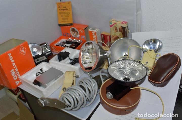Cámara de fotos: GRAN LOTE FLASHES, BOMBILLAS Y ARTICULOS FOTOGRAFICOS.DIFERENTES EPOCAS Y ESTADOS. - Foto 2 - 182730165