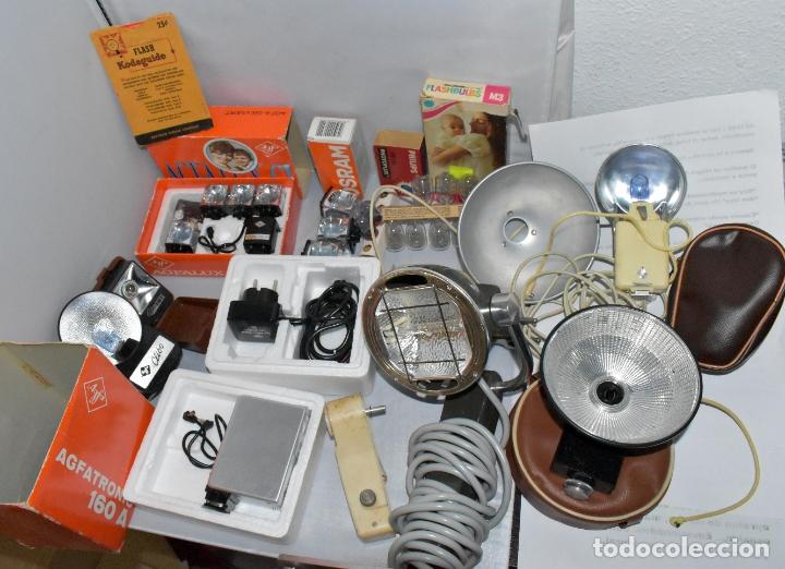 GRAN LOTE FLASHES, BOMBILLAS Y ARTICULOS FOTOGRAFICOS.DIFERENTES EPOCAS Y ESTADOS. (Cámaras Fotográficas Antiguas - Objetivos y Complementos )