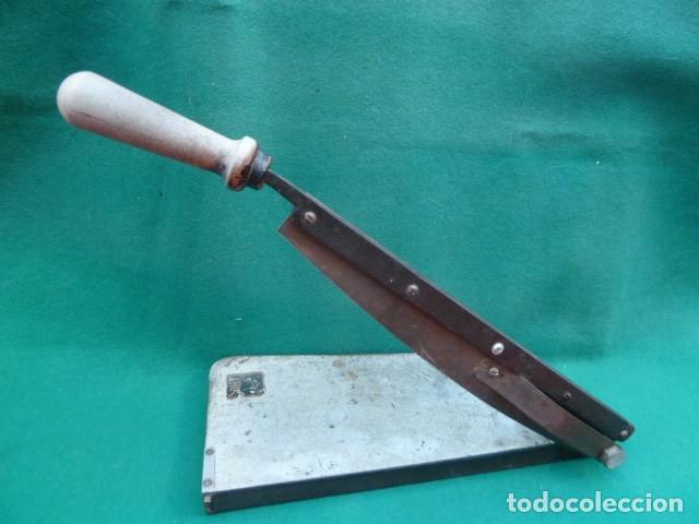 Cámara de fotos: Vieja cizalla de corte. para papel fotografico..Laboratorio.Todo metal, pesada..Casa Laik..años 70. - Foto 3 - 196895285