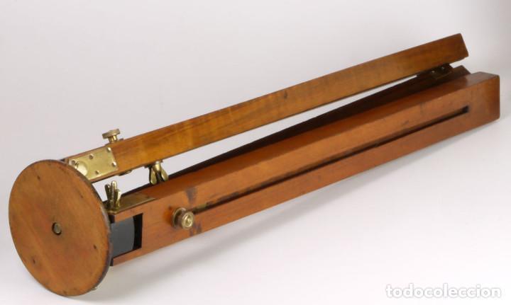 Cámara de fotos: antiguo trípode de madera - Foto 2 - 260860590