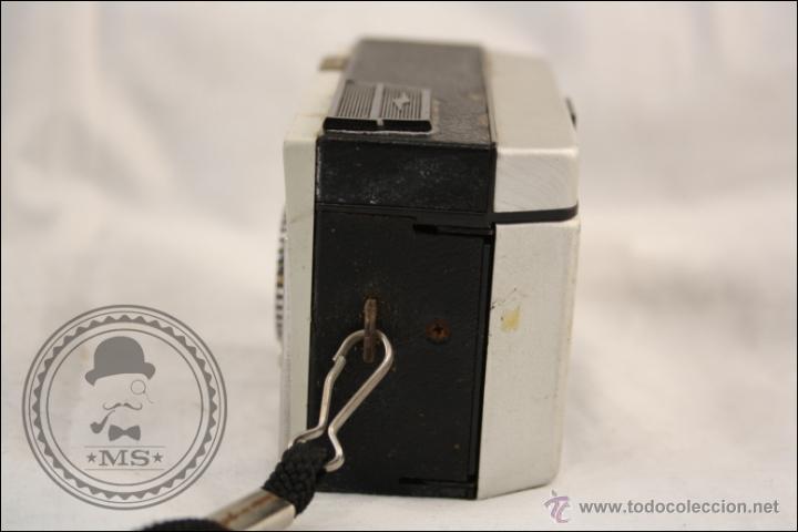 Cámara de fotos: Antigua Cámara Fotográfica Compacta - Instamatic 100. Kodak - 1963 - Fabricada en Inglaterra - Foto 3 - 42983234